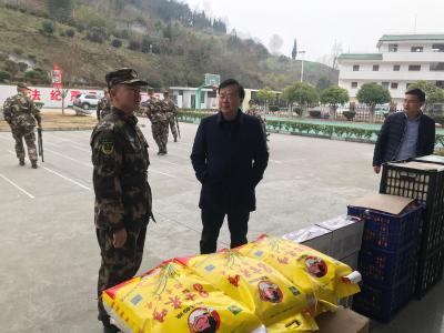 县领导慰问武警官兵和福利院老人