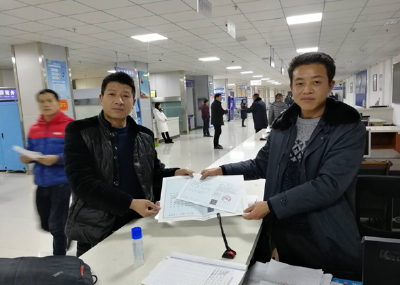 竹山县行政审批局:发出首张《食品经营许可证》