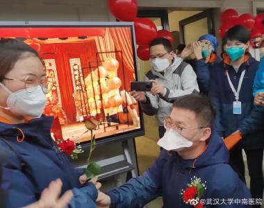 """祝福!90后護士在雷神山醫院舉行""""戰地婚禮"""""""