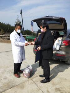 上庸鎮衛生院:慰問村級醫務人員