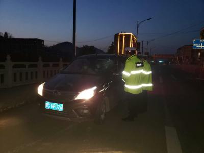 宝丰镇:错时峰严查违令上路的车辆