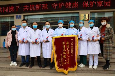 竹山7名新冠肺炎治愈者为医护人员送锦旗
