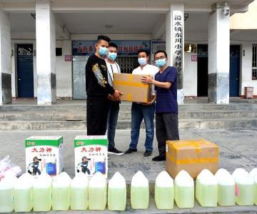 武漢火神山、雷神山建設者徐飛向東川小學捐贈防疫物資