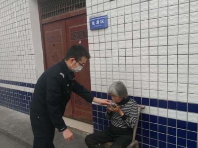 老人探親途中走失 民警發現助其回家