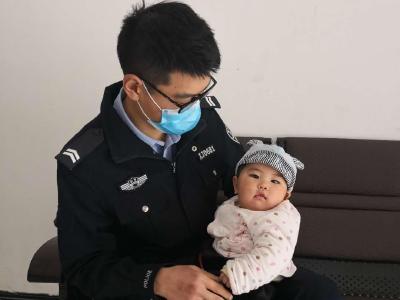 """竹山一民警變身""""奶爸""""提供暖心服務"""