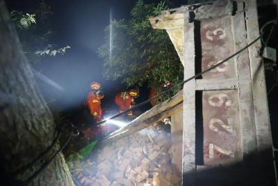 拉砖车侧翻悬崖边  司机被困消防紧急救出