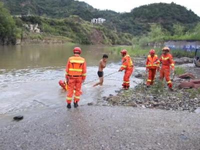 小伙被困河中  消防紧急救援