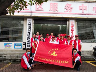 """县行政审批局党员干部积极开展下沉社区""""双报到""""活动"""