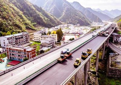 十巫高速鋪設瀝青路面