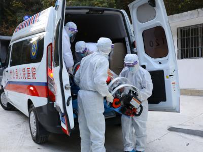 县人民医院再次开展疫情防控应急演练
