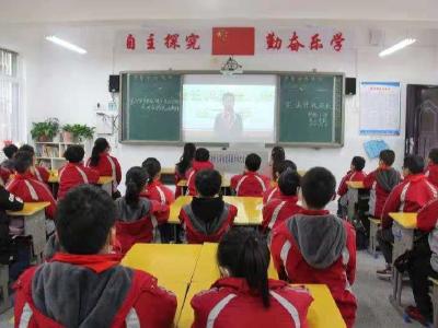 县实验小学开展宪法晨读践行法治精神