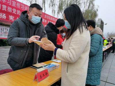 竹山县总工会开展法治宣传活动