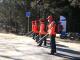 九华山林场志愿者清理防火通道保安全