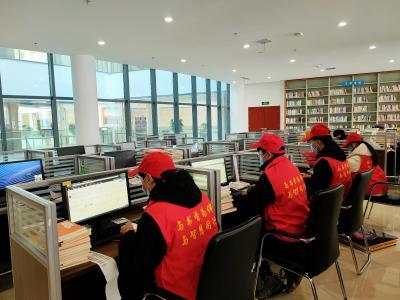 竹山大学生参加图书馆社会实践志愿服务活动