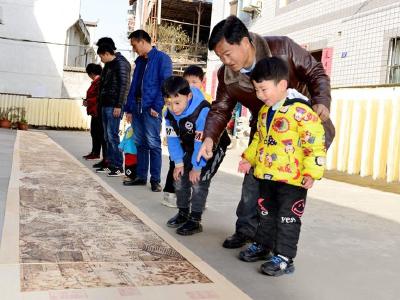 上庸镇农民以烙铁为笔绘制现代版《清明上河图》