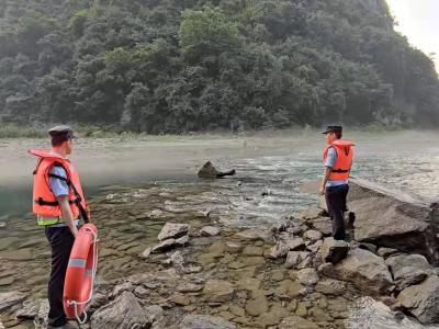 两男子河中被困 警民合力助脱险
