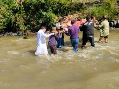 竹坪乡卫生院医护人员跋山涉水生死急救