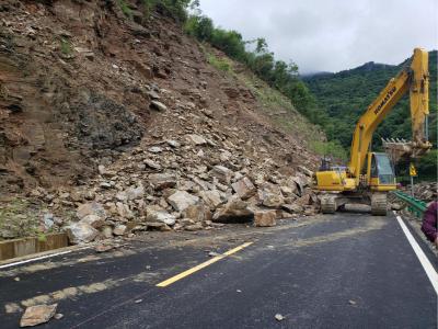 G242竹山田峪路段排险清障忙