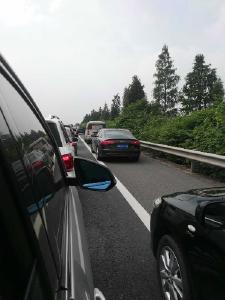 沪渝高速湖北段车辆排长龙 一辆百万豪车当场撞成......