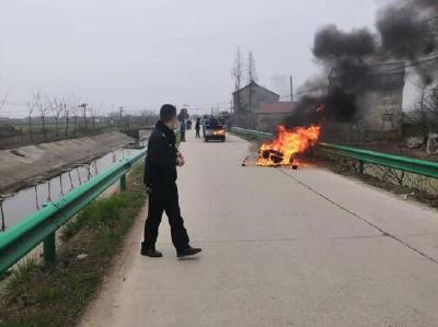 江陵民警扑灭大火 为群众挽回损失2万元