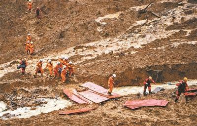水城山体滑坡现场展开地毯式搜救 仍有30人失联