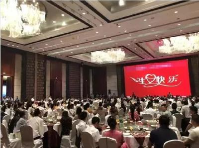 五星酒店摆31桌庆生,突然100多名警察包围全场!