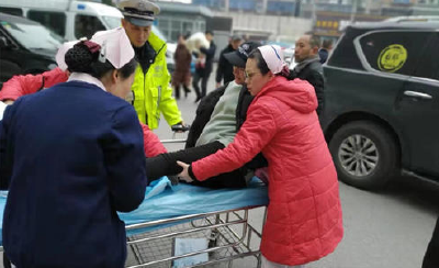高速公路上孕妇临产,荆州交警紧急护送!