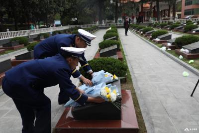 荆州消防慰问英烈家属  继承英雄遗志