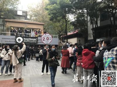 热搜第一!武汉街头排起千米长队