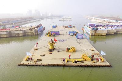 """万吨""""大箱""""起航汉江 华中首条内河沉管隧道启动浮运安装"""