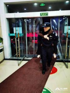 女子因琐事想不开服药轻生,荆州民警紧急救援
