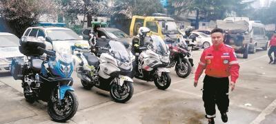 """武汉有群骑摩托车的""""义务救护员"""""""