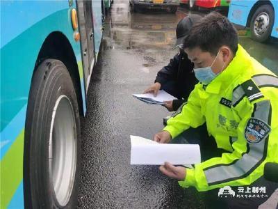 车管所民警上门为企业集中检测车辆