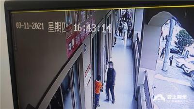 """荆州一女子手机""""不翼而飞"""" 监控拍下全部过程"""