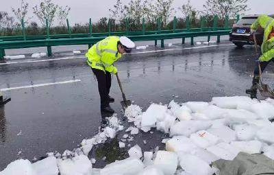 冰块洒落高速路,荆州交警及时清理保畅通