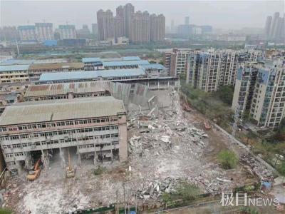 """武汉启动""""拆违飓风行动"""",硚口区长丰街3栋历史违建被拆除"""