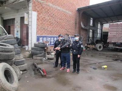 专偷停车坡道铁板,一男子被江陵警方抓获