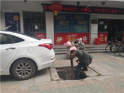 """""""这里的井盖破了,还有人掉下去"""" ,荆州12345接线为民解难"""