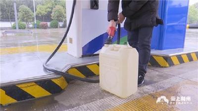 """荆州一加油站,遭""""老常客""""投诉,计量不足?"""