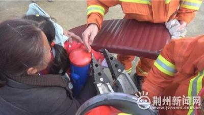 监利6岁女童被卡健身器材,消防员2分钟成功救援