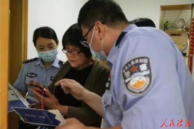 我为群众办实事   荆州市首批!下沉社区党员民警入户开展反诈宣传