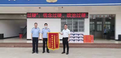 【我为群众办实事】交警服务暖人心,荆州企业致谢送锦旗