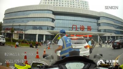 """【我为群众办实事】""""警察同志,车里有小孩昏迷了……""""走!交警紧急开道5分钟送医!"""