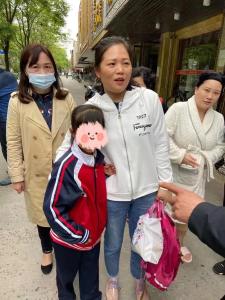 """【我为群众办实事】八岁小女孩上演""""逃学威龙"""" 民警沿街徒步4小时将其找到"""