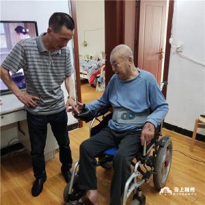 《江汉风》橙色娘子军:爱心传递 轮椅送给有需要的人