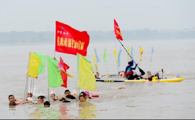 大场面!荆州300余名游泳爱好者长江漂流纪念伟人