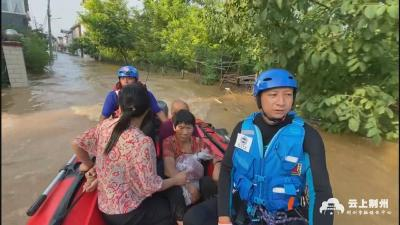 荆州蓝天救援队转移200余名受困群众 第二梯队已就位