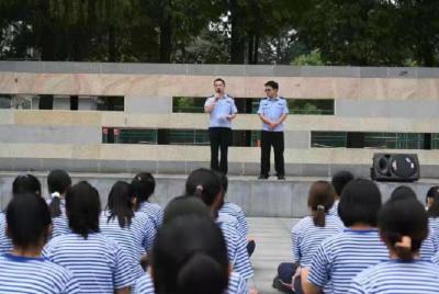 """军训也能学反诈? 荆州区民警为新生筑牢反诈""""防火墙"""""""