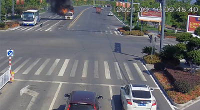 客车等红灯时自燃  13名乘客20秒钟快速逃生