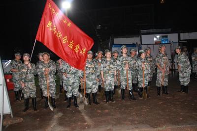 公安县60名民兵连夜赶赴松西河南平堤段安营扎寨
